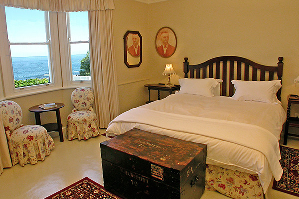 Garden Apartment main double bedroom, XL king bed & sea view
